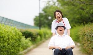 車椅子押す写真(前から)